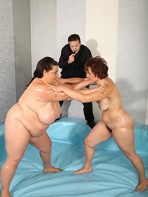 Mature Dominika wrestling with CHUBBY Viktorie